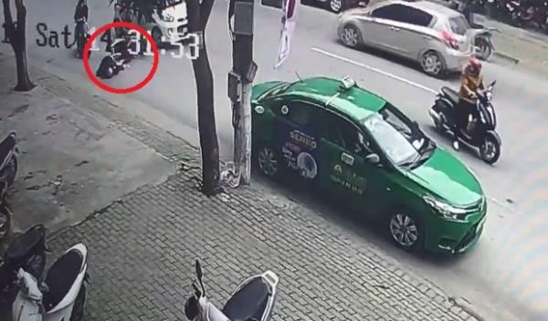 Taxi mở cửa giữa đường khiến bà bầu ngã vỡ túi ối, chấn thương đầu - Ảnh 1