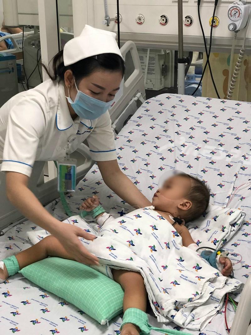 Bé trai 15 tháng tuổi suýt chết do uống thuốc trừ sâu được cha mẹ đựng trong chai trà xanh - Ảnh 2