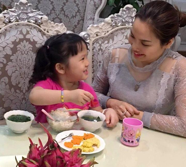 Cẩm nang cha mẹ dạy con lịch sự trong bữa ăn - Ảnh 1