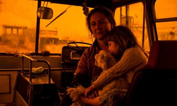 Một gia đình, 3 chú chó và một đàn vịt trú ẩn hỏa hoạn an toàn nhờ chiếc xe buýt cũ - Ảnh 1
