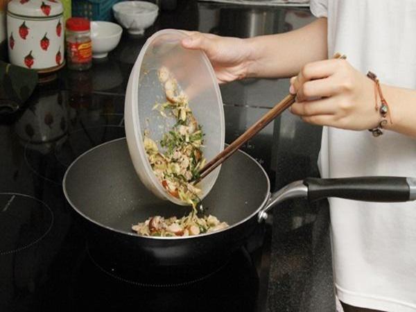 Nấu lại thức ăn, thói quen gia đình nào cũng gặp dịp Tết: Chuyên gia cảnh báo điều gì? - Ảnh 3