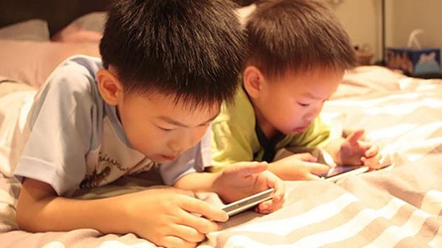 Trẻ có thói quen ngồi lì trước màn hình điện thoại sẽ phải đối diện với những điều cực nguy hiểm  - Ảnh 1