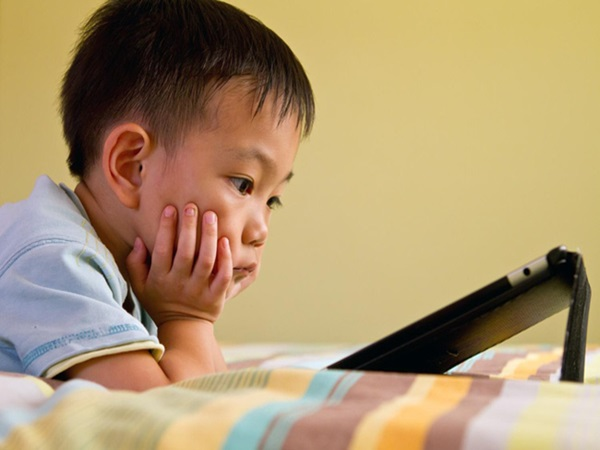 Trẻ có thói quen ngồi lì trước màn hình điện thoại sẽ phải đối diện với những điều cực nguy hiểm  - Ảnh 2