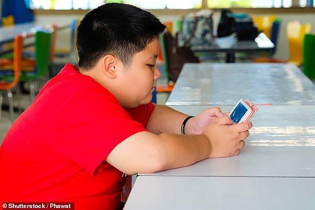 Trẻ có thói quen ngồi lì trước màn hình điện thoại sẽ phải đối diện với những điều cực nguy hiểm  - Ảnh 4