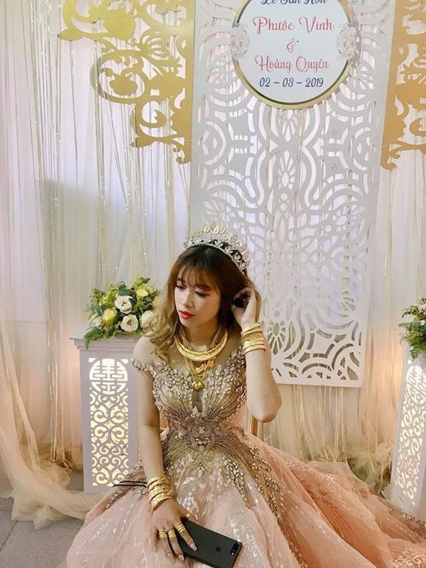 Lại xuất hiện cô dâu đeo vàng nặng trĩu, chồng đẹp như soái ca khiến nhiều chị em trầm trồ ghen tỵ - Ảnh 1