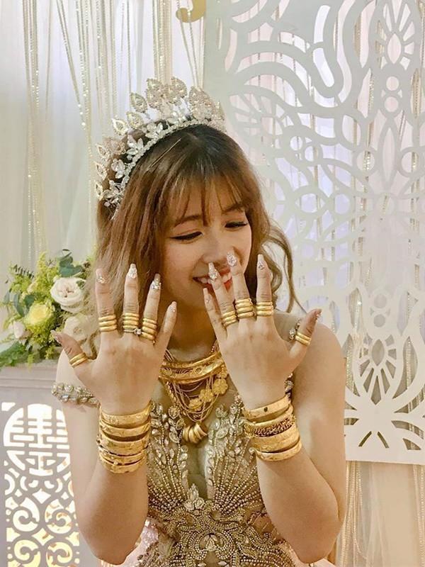Lại xuất hiện cô dâu đeo vàng nặng trĩu, chồng đẹp như soái ca khiến nhiều chị em trầm trồ ghen tỵ - Ảnh 2
