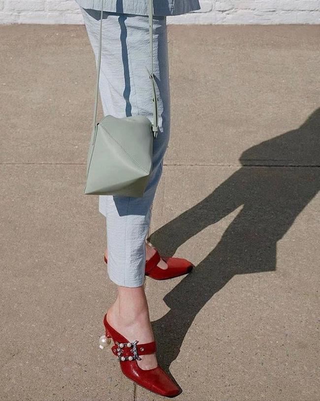 Đã đến lúc những đôi boots thời thượng nhường chỗ cho 4 mẫu giày công sở cách điệu xinh xắn này - Ảnh 4