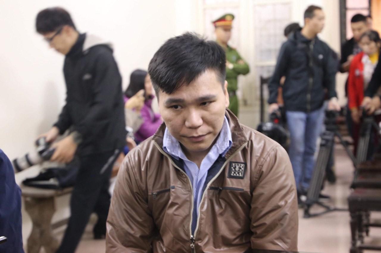 Xét xử vụ ca sĩ Châu Việt Cường nhét tỏi khiến cô gái tử vong: 'Bị cáo chỉ biết tỏi có thể trừ tà ma, càng ăn nhiều càng tốt...' - Ảnh 3