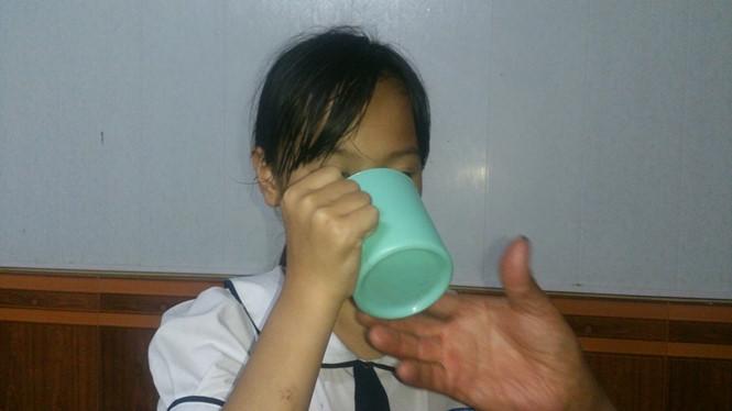 Bố ruột cô giáo ép học sinh uống nước giẻ lau bảng: