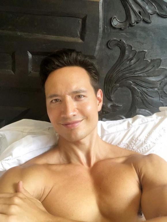 Hành động bất ngờ của Hà Hồ khi thấy Kim Lý cởi trần nằm trên giường khiến dân tình