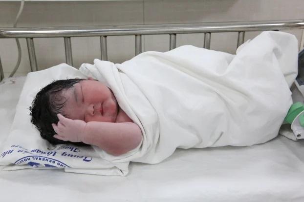 Bé gái chào đời nặng 6 kg, mang thai to nguy hiểm thế nào? - Ảnh 2