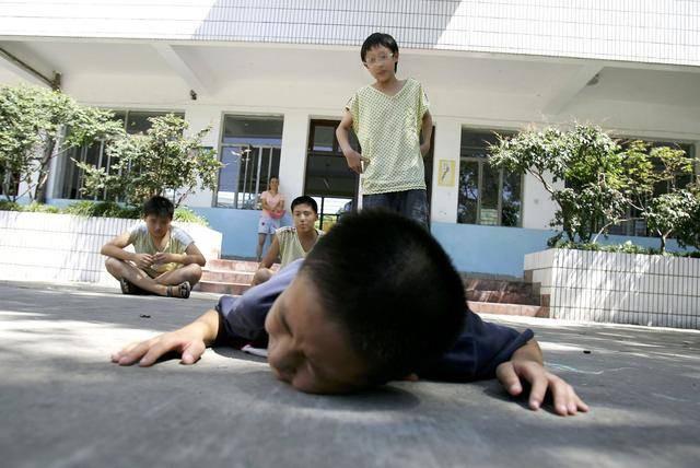 Khi con bị bắt nạt, cha mẹ đừng dạy con nói 3 từ này bằng không càng khiến trẻ bị tổn thương nặng nề hơn - Ảnh 1
