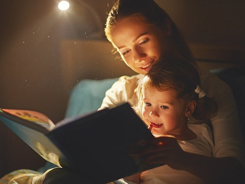 Mẹo giúp trẻ vượt qua nỗi sợ bóng tối hoặc 'quái vật' - Ảnh 1