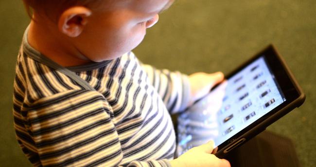 """Trẻ suốt ngày """"dán mắt"""" vào màn hình tivi, điện thoại có thể phải đối mặt thêm với nguy cơ khôn lường này, cha mẹ hãy hết sức lưu tâm - Ảnh 1"""