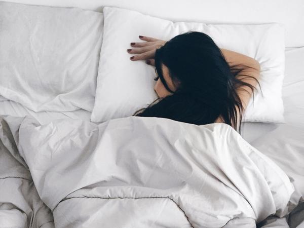 Bỏ ngay thói quen nằm sấp khi ngủ nếu không muốn gây hại cho sức khỏe - Ảnh 1