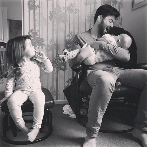 Niềm hạnh phúc khi có em trai của cô bé ba tuổi - Ảnh 11