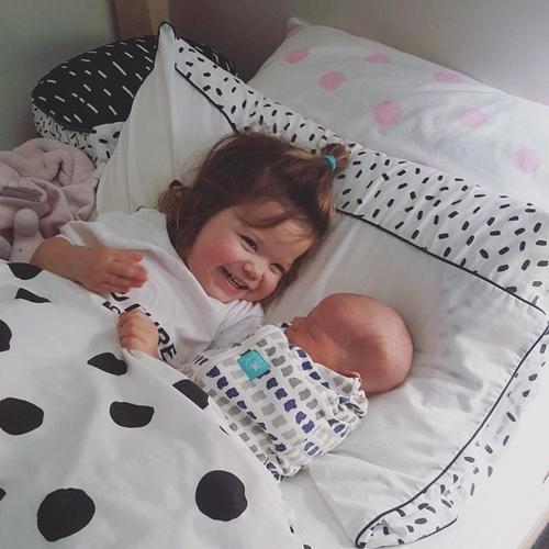 Niềm hạnh phúc khi có em trai của cô bé ba tuổi - Ảnh 3