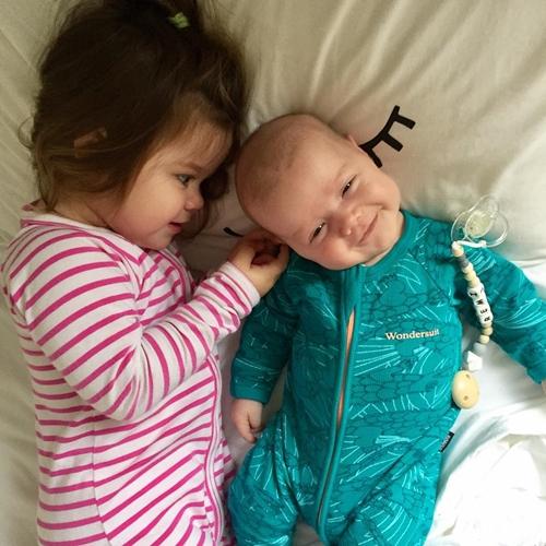 Niềm hạnh phúc khi có em trai của cô bé ba tuổi - Ảnh 5