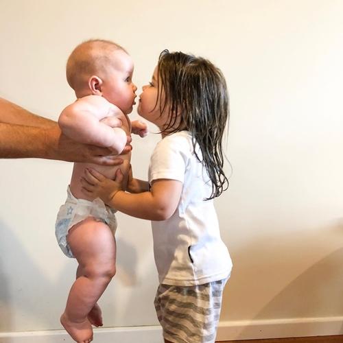 Niềm hạnh phúc khi có em trai của cô bé ba tuổi - Ảnh 9