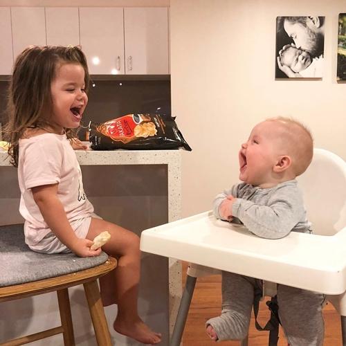 Niềm hạnh phúc khi có em trai của cô bé ba tuổi - Ảnh 10