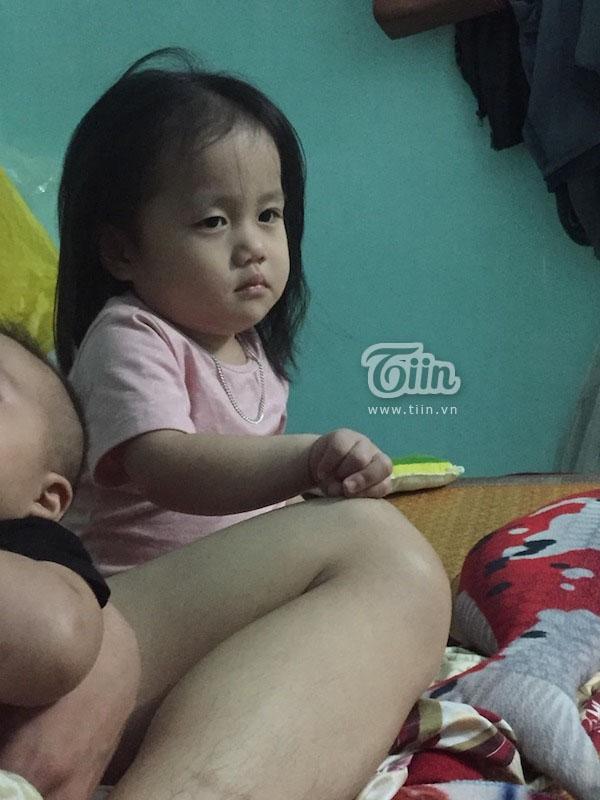 Tưởng bố 'cho ra rìa' từ ngày có em trai, cô bé 2 tuổi nũng nịu hờn dỗi ai nhìn cũng thương - Ảnh 1