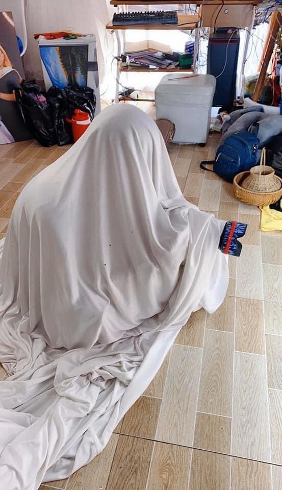 Cười 'té ghế' hậu trường chụp ảnh cho trẻ: Bé sợ người lạ nên thợ phải ngụy trang bá đạo, nhưng nhìn ảnh dân mạng còn sợ hơn - Ảnh 1