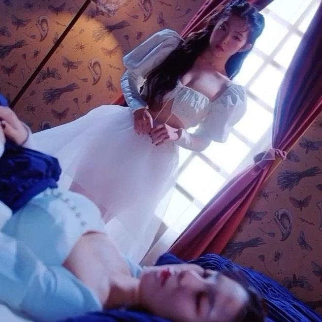 Đụng hàng Lisa cool ngầu nhưng Irene lại xinh như công chúa, vừa khoe được eo vừa lấp ló vòng 1 gợi cảm - Ảnh 5