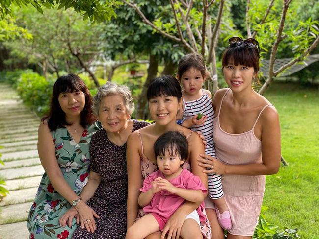 Siêu mẫu Hà Anh khoe ảnh 4 thế hệ phụ nữ trong gia đình, cụ ngoại bé Myla đã 92 tuổi mà vẫn rạng rỡ - Ảnh 2