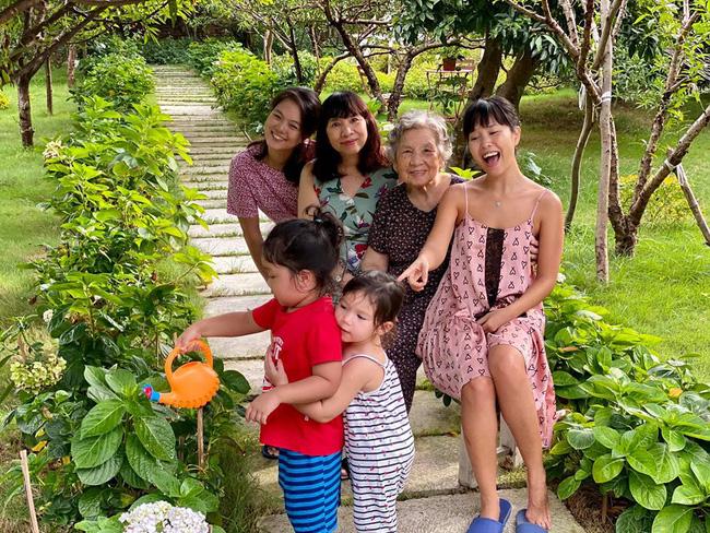 Siêu mẫu Hà Anh khoe ảnh 4 thế hệ phụ nữ trong gia đình, cụ ngoại bé Myla đã 92 tuổi mà vẫn rạng rỡ - Ảnh 3