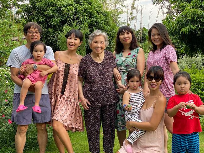 Siêu mẫu Hà Anh khoe ảnh 4 thế hệ phụ nữ trong gia đình, cụ ngoại bé Myla đã 92 tuổi mà vẫn rạng rỡ - Ảnh 4