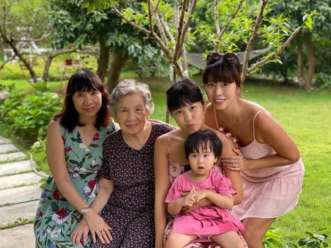 Siêu mẫu Hà Anh khoe ảnh 4 thế hệ phụ nữ trong gia đình, cụ ngoại bé Myla đã 92 tuổi mà vẫn rạng rỡ - Ảnh 6