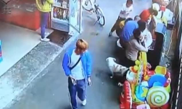 Clip ghi lại cảnh bé trai bị kẻ lạ mặt bắt cóc trong tích tắc khiến nhiều phụ huynh hoang mang - Ảnh 1