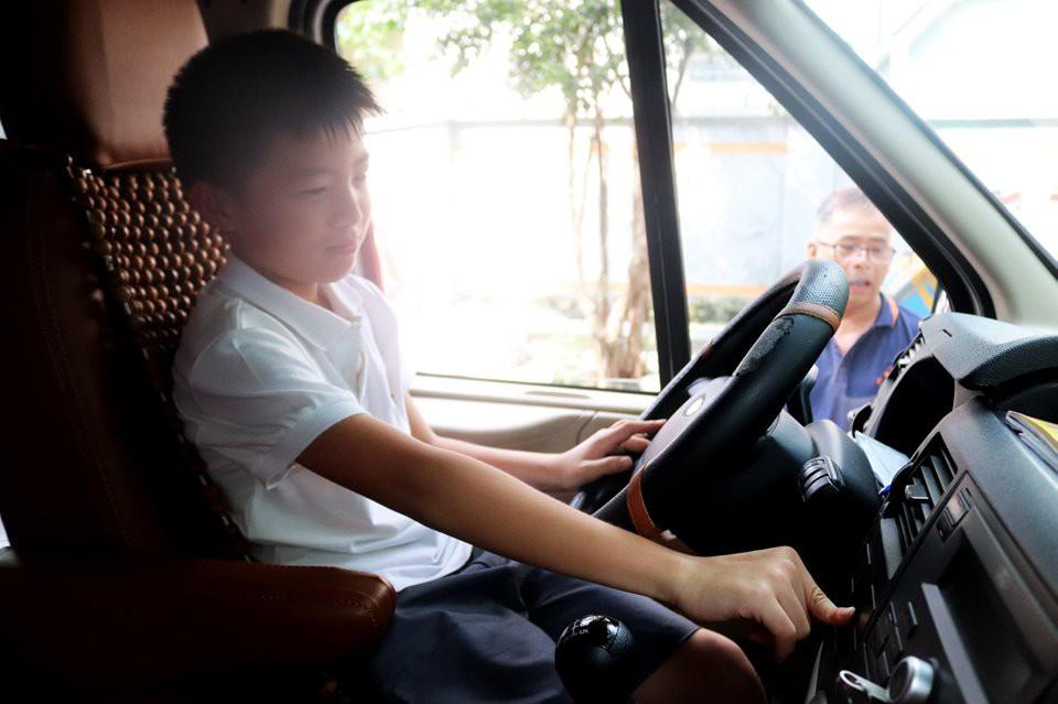 Trăm bài học lý thuyết không bằng 1 bài thực hành: Học sinh một trường ở Hà Nội được học kỹ năng thoát hiểm khi bị kẹt trong xe ô tô - Ảnh 1