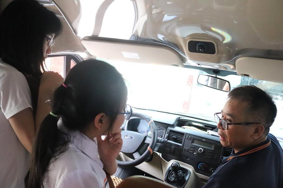 Trăm bài học lý thuyết không bằng 1 bài thực hành: Học sinh một trường ở Hà Nội được học kỹ năng thoát hiểm khi bị kẹt trong xe ô tô - Ảnh 2