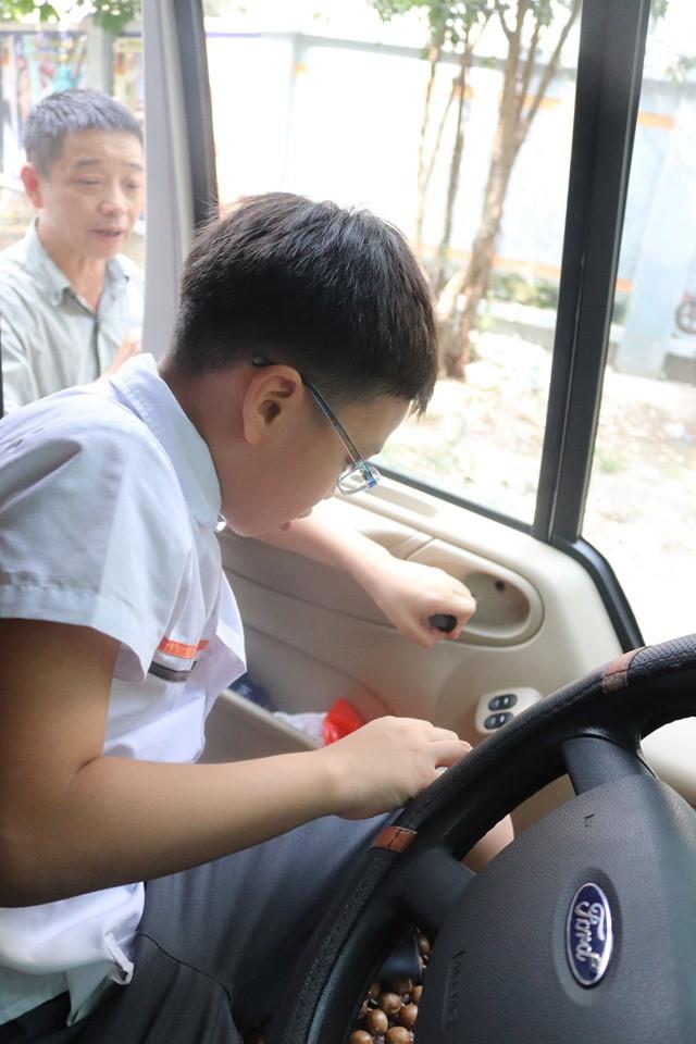Trăm bài học lý thuyết không bằng 1 bài thực hành: Học sinh một trường ở Hà Nội được học kỹ năng thoát hiểm khi bị kẹt trong xe ô tô - Ảnh 3