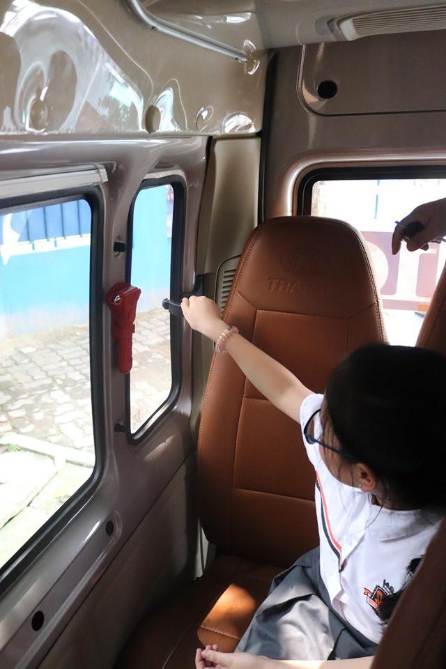 Trăm bài học lý thuyết không bằng 1 bài thực hành: Học sinh một trường ở Hà Nội được học kỹ năng thoát hiểm khi bị kẹt trong xe ô tô - Ảnh 5
