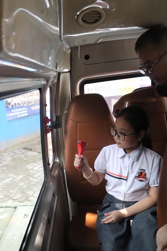 Trăm bài học lý thuyết không bằng 1 bài thực hành: Học sinh một trường ở Hà Nội được học kỹ năng thoát hiểm khi bị kẹt trong xe ô tô - Ảnh 6