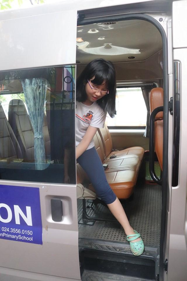 Trăm bài học lý thuyết không bằng 1 bài thực hành: Học sinh một trường ở Hà Nội được học kỹ năng thoát hiểm khi bị kẹt trong xe ô tô - Ảnh 7