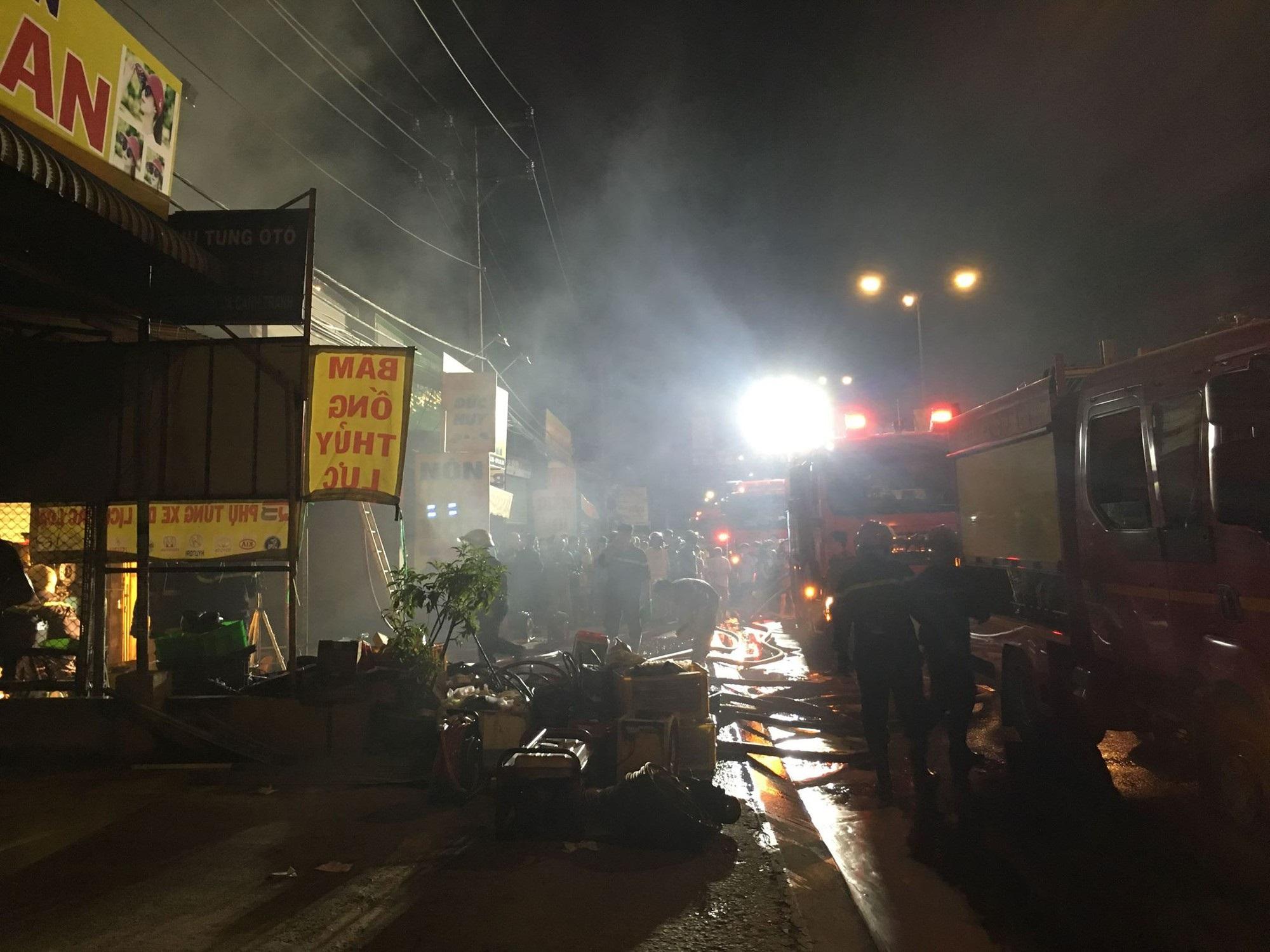 Cháy cửa hàng phụ tùng ô tô ở Sài Gòn, cảnh sát dùng vòi rồng dập lửa tránh cháy lan - Ảnh 2