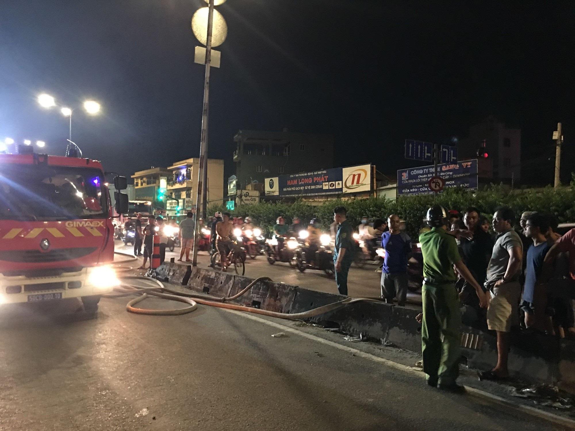 Cháy cửa hàng phụ tùng ô tô ở Sài Gòn, cảnh sát dùng vòi rồng dập lửa tránh cháy lan - Ảnh 3