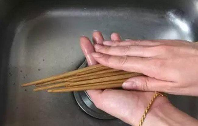 Thói quen rửa đũa kiểu này hầu như ai làm cũng tưởng tốt cho sức khỏe, ai dè rước bệnh vào thân! - Ảnh 1