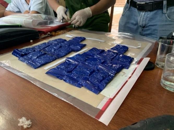 Bắt quả tang tài xế taxi để 6.000 viên ma túy trong cánh cửa xe - Ảnh 2