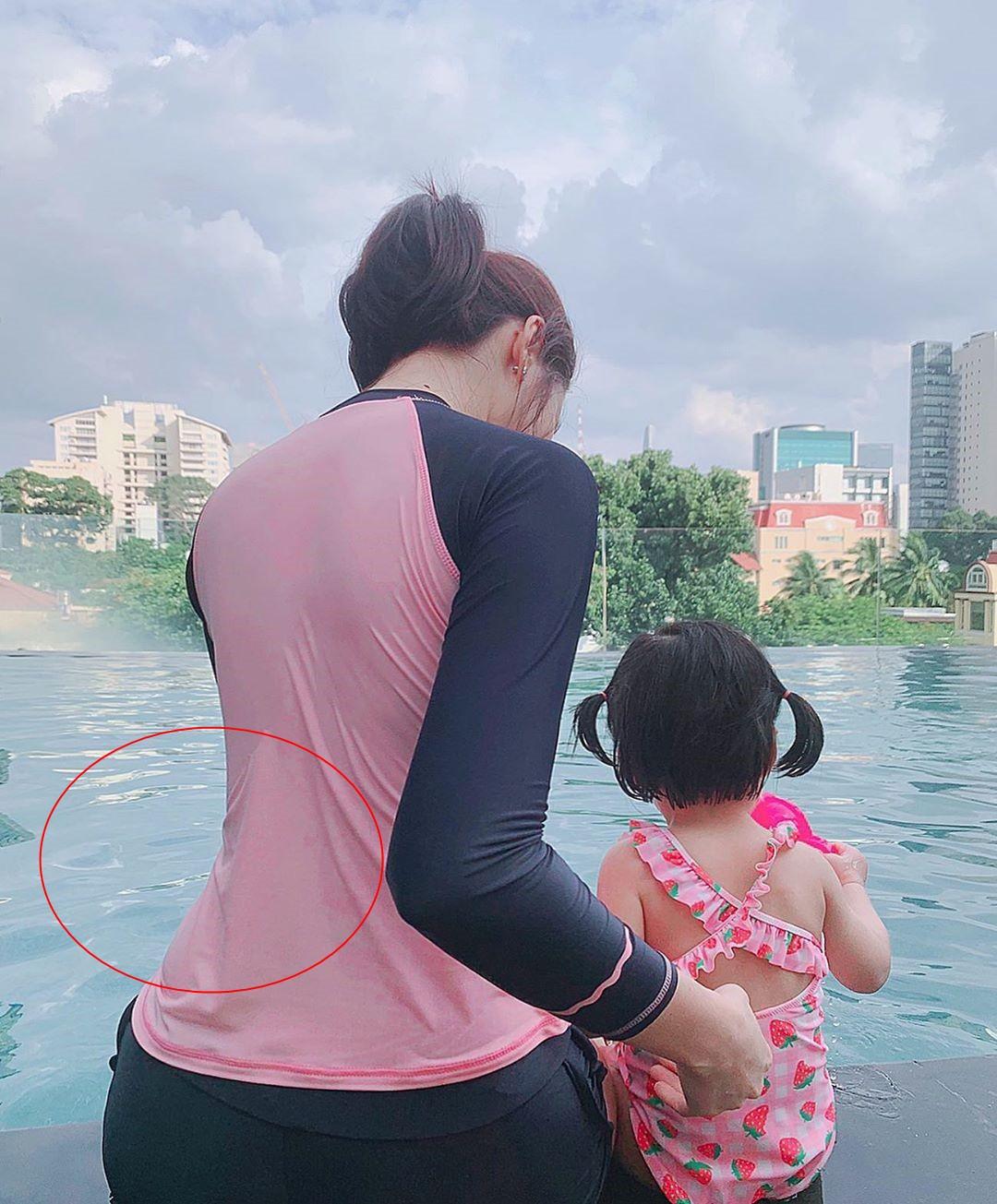 Khoe dạy bơi cho con gái mới hơn 1 tuổi nhưng đặc điểm này trên cơ thể Đặng Thu Thảo lại gây chú ý - Ảnh 1