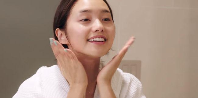Học quý cô Hàn - Nhật rửa mặt theo phương pháp 4-2-4 cho da căng mịn - Ảnh 1