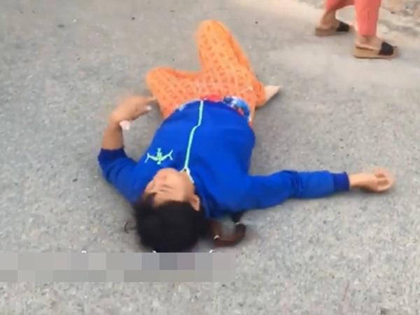 Clip: Mẹ ngất xỉu khi đón thi thể con trai 17 tháng tuổi tử vong bất thường ở nhà trẻ về nhà - Ảnh 3