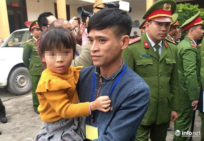 Xét xử vụ chạy thận ở Hòa Bình: Bé gái được vào tòa vài phút để hát cho bố nghe - Ảnh 2