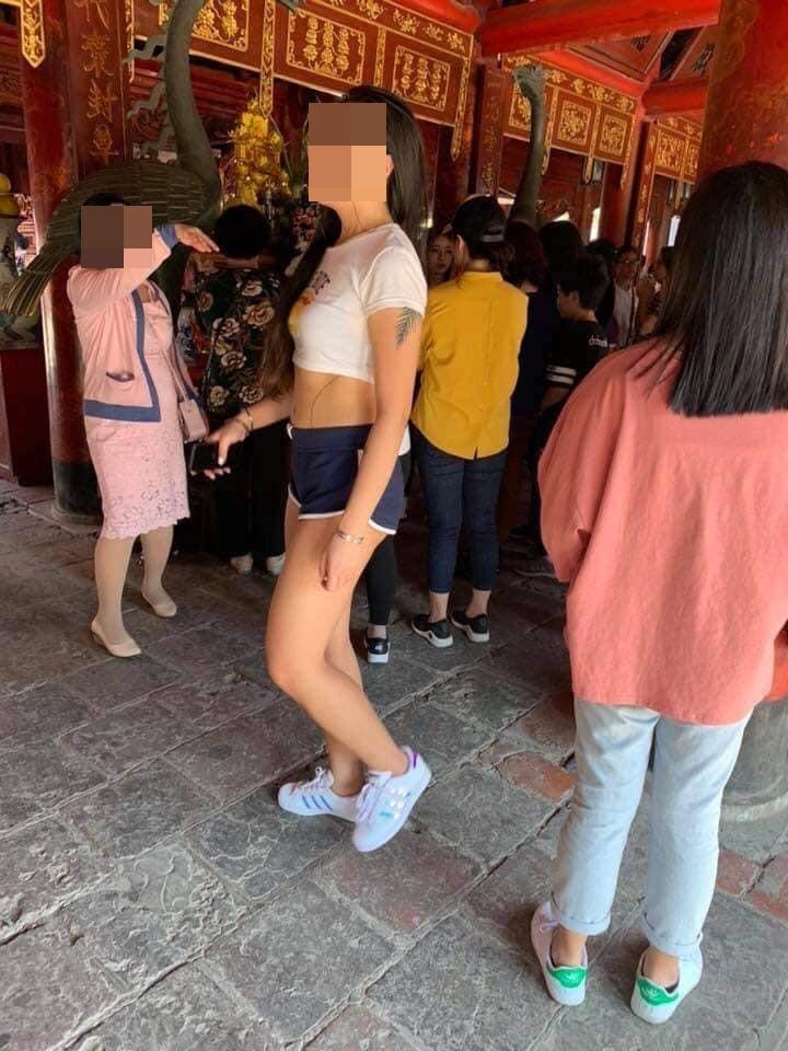 Cô gái trẻ mặc áo hở rốn, quần ngắn cũn cỡn vào chùa đầu năm bị dân mạng 'ném đá' không thương tiếc - Ảnh 3