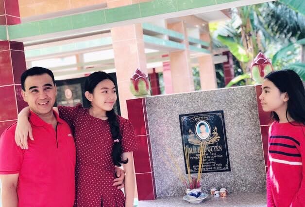 Quyền Linh tự hào kể về lời cầu nguyện của con gái lớn trước mộ ông bà trong năm mới - Ảnh 2