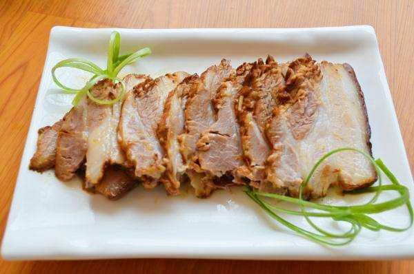 Om thịt lợn, đừng chỉ thêm nước hàng, thêm thứ này vào màu thịt bắt mắt hơn nhiều - Ảnh 1