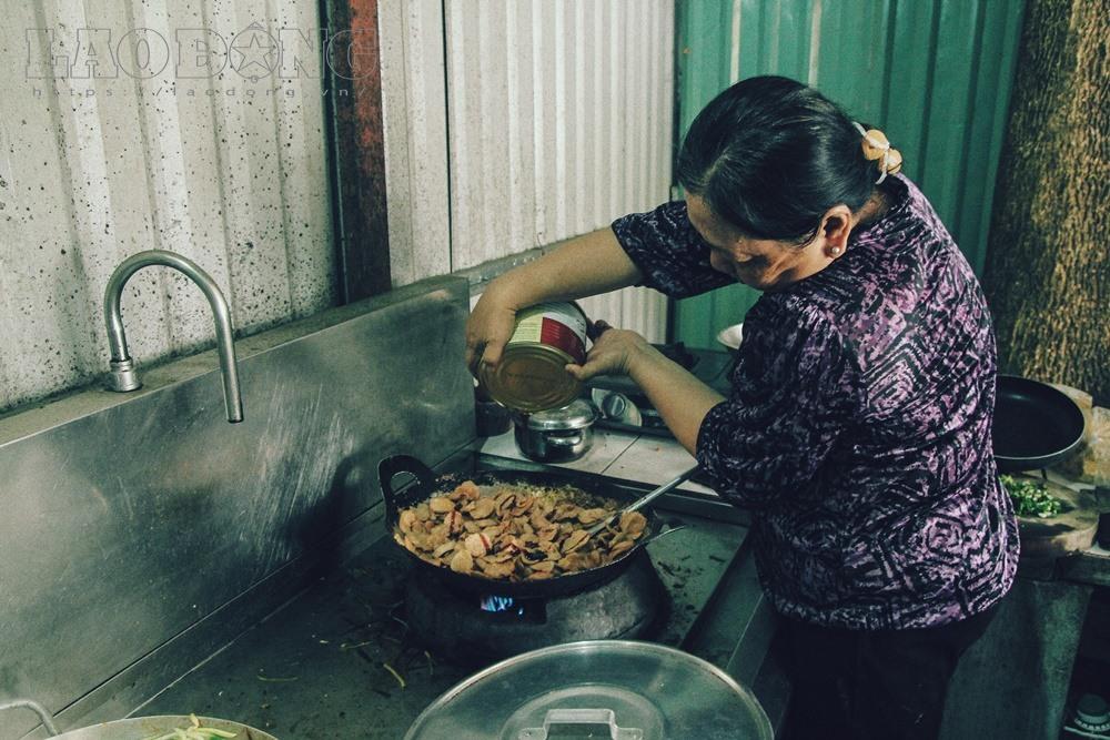 Gạt nước mắt, mẹ chồng nạn nhân nấu cơm chay miễn phí cho cư dân Carina - Ảnh 1